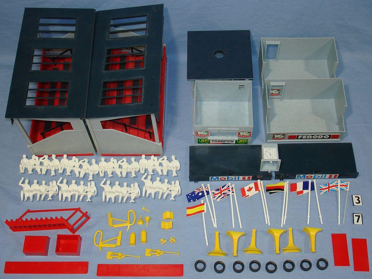 Hornby Scalextric 1:32 Scale Slot Car Racing Trackside Buildings Spectators Lot