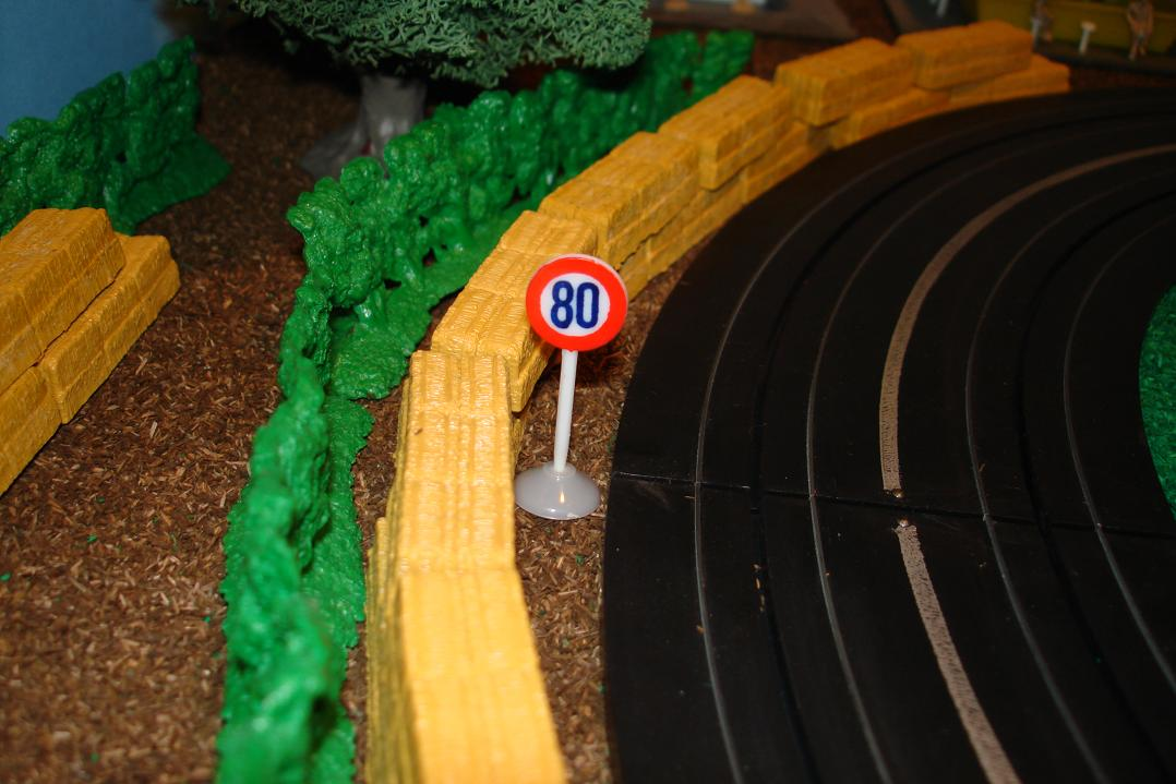 Marusan HO Scale Made In Japan Slot Car Road Racing Scenery Traffic Sign 80 Km Maximum Speed Limit